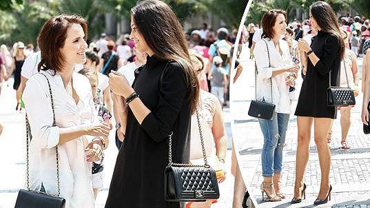 Aneta Vignerová (vpravo) dostala od přítele luxusní kabelku.
