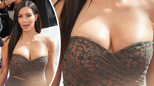 Kim Kardashian vyvenčila svá ňadra.