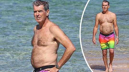 Pierce Brosnan si užívá na dovolené.