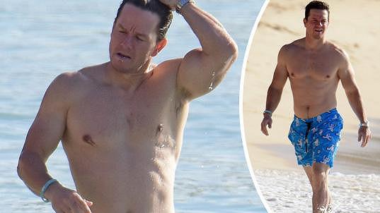 Mark Wahlberg předvedl své vypracované tělo.