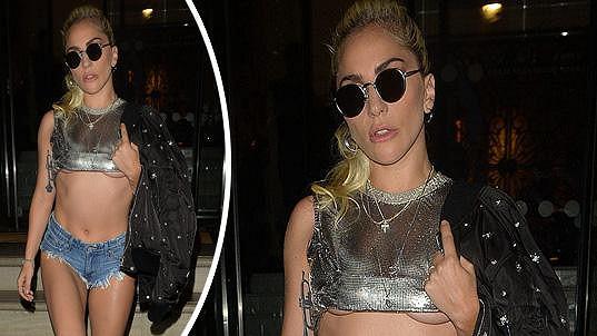 Lady Gaga je při oblékání velmi úsporná...