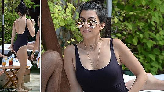 Kourtney Kardashian tentokrát zářila v jednodílných plavkách.
