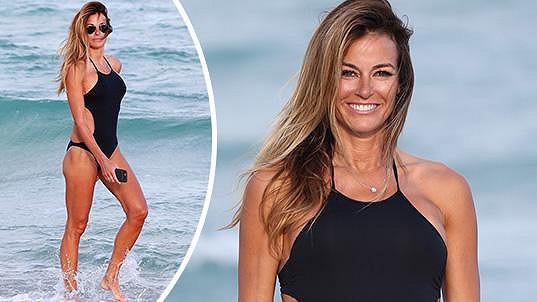 Kelly Bensimon na pláži v Miami