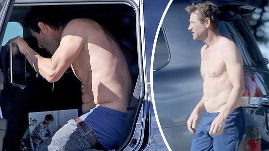 Aaron Eckhart předvedl své svalnaté tělo.