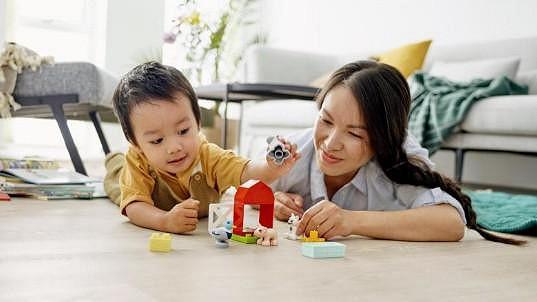 Společná hra s kostkami Lego Duplo je ideální pro učení dětí