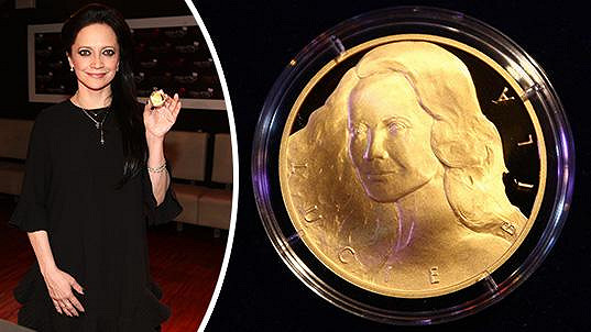 Lucie Bílá se pochlubila medailí.