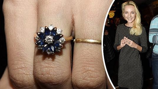Lucie Špaková má nádherný zásnubní prsten.