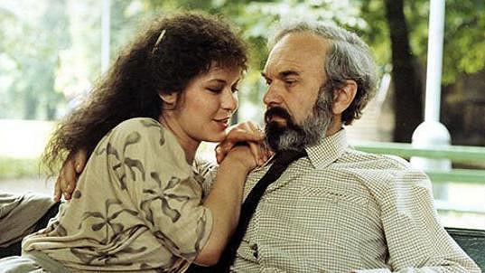 Ivona Krajčovičová a Zdeněk Svěrák ve filmu Jako jed