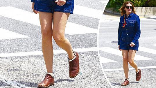 Julia má stále výstavní nohy.