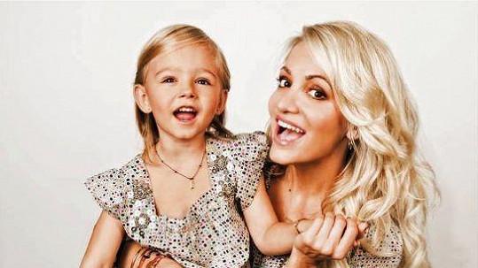 Malá Laura s matkou Darou Rolins.