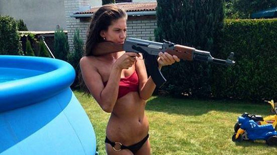 Aneta Vignerová v mini bikinách a s vodní puškou