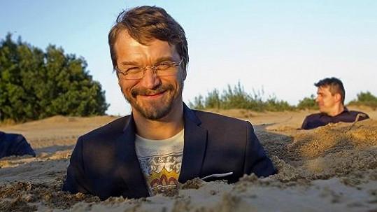 Dan Bárta byl zahrabaný až po prsa v písku.