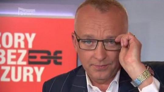 Karel Voříšek se ukázal v televizi v brýlích.