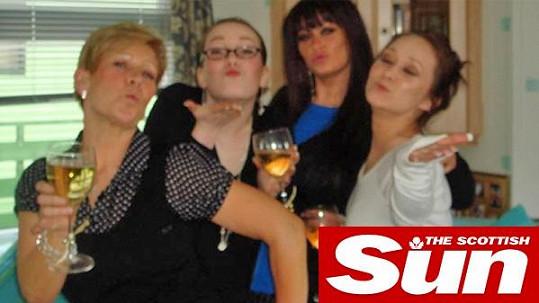 Skotka (vlevo) je na své tři dcery pornoherečky pyšná.