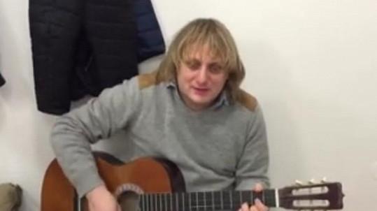 Lukáš Pavlásek s kytarou