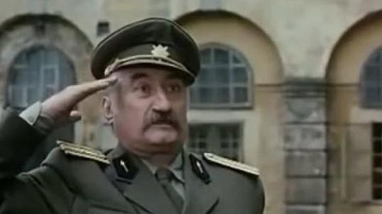 Pavel Landovský jako major Terazky ve filmu Černí baroni (1992)
