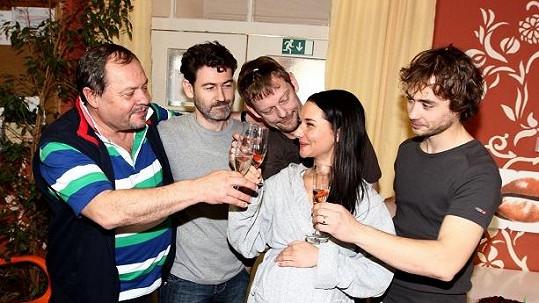 Sandra slavila s kolegy z Ordinace v růžové zahradě.