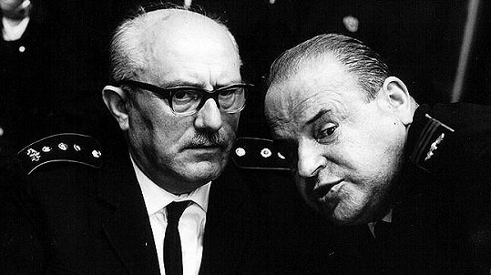 Jan Vostrčil a Josef Šebánek ve filmu Hoří, má panenko (1967)