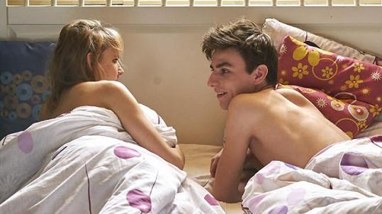 Šárka Vaculíková a Václav Matějovský postelovou scénu zvládli s nadhledem.