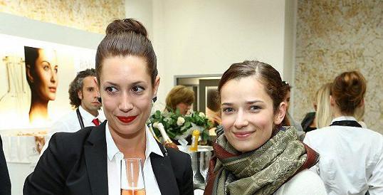 Marika Šoposká (vpravo) se ve čtyřiadvaceti vdala.