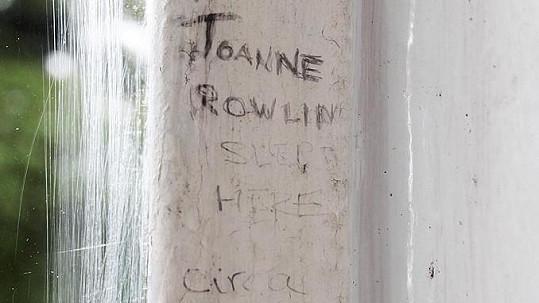 "Nápis na parapetu u ložnice: ""Tady spala Joanne Rowling kolem roku 1982""."