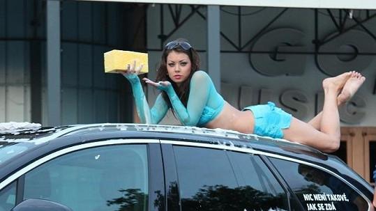 Petra Pudová se v bikinách rozvalila na kapotě auta.