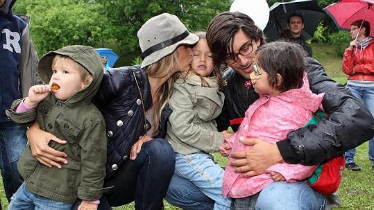Tereza s partnerem, Minou, Aidenem a romskou holčičkou