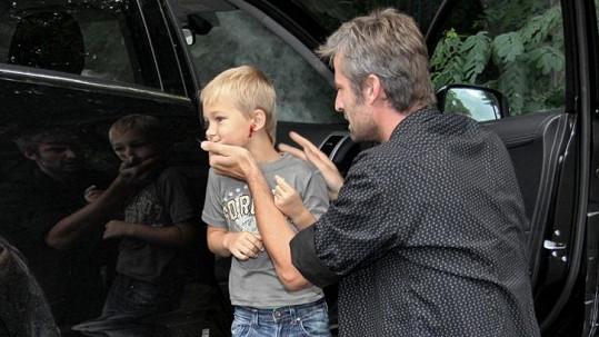 Následkem nehody chlapeček ohluchne na jedno ucho.