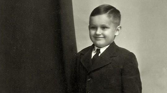 Z tohoto buclatého chlapečka vyrostl slavný umělec. Tušíte, kdo to je?