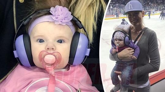 Rozkošná dcera Diany Kobzanové má za sebou první návštěvu hokejového zápasu.