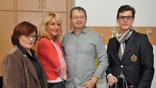 Vendula Svobodová s partnerem a manželkou a synem Jana Fischera.