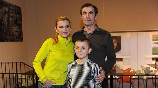 Leona s tatínkem a synem.