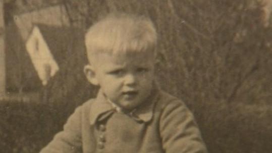 Poznáte chlapce na fotce?