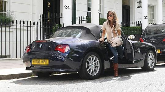 Pippa vystupuje ze svého auta poté, co jej přeparkovala ze zákazu stání.