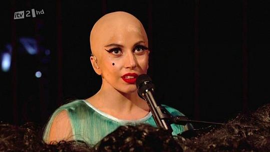 Holohlavá Lady Gaga.