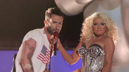 Adam Levine shledává špatným, že mnozí lidé kritizují tělo slavné zpěvačky.