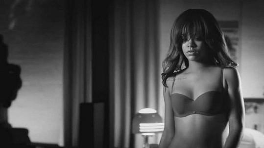 Rihanna v reklamě pro Armaniho.