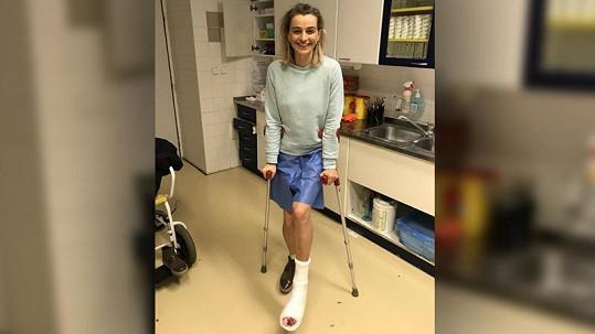 Kvůli poraněné noze si teď Ivana několik týdnů poleží.