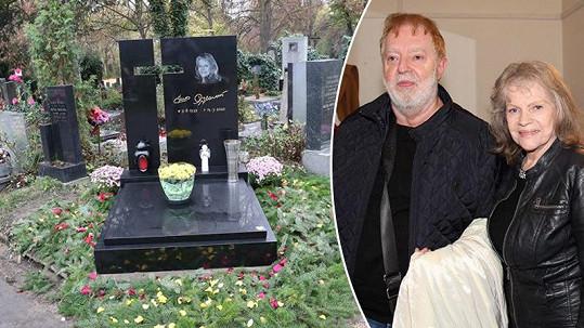 Kradlo se i na hrobě Evy Pilarové.