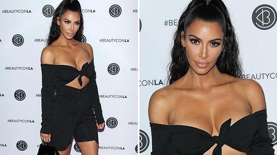 Kim si vyrazila téměř polonahá.