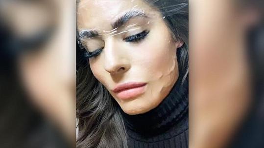 Poprvé odhalila celý obličej.