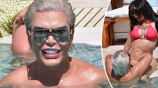 Takhle Alves řádil u bazénu.