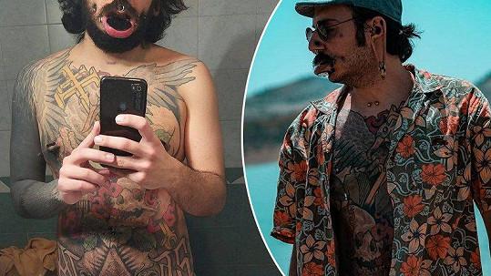 Kůži zdobí nejen kovem, ale i tetováním.