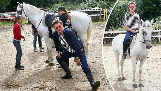 Měcháček si poprvé vyzkoušel jízdu na koni.