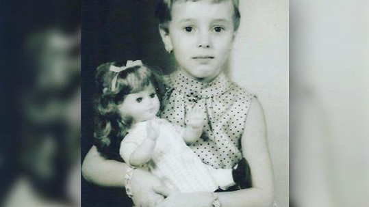 Známá zpěvačka se pochlubila fotkou z dětství.