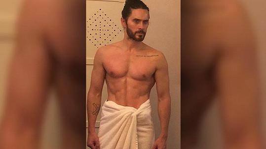 Jared Leto ukázal svalnatou hruď.