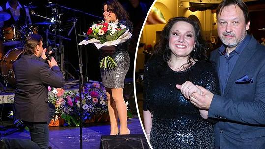 Zpěvačka Šárka Rezková se zasnoubila na jevišti.
