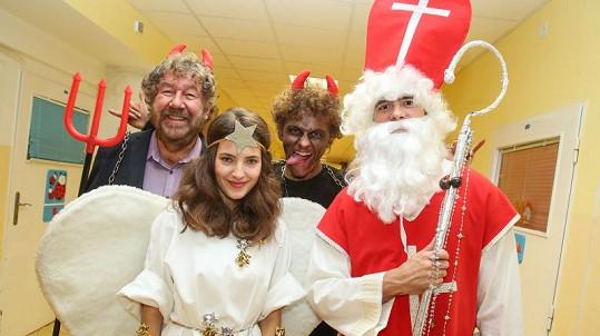 Herci z Čertovin obdarovali děti v nemocnici.