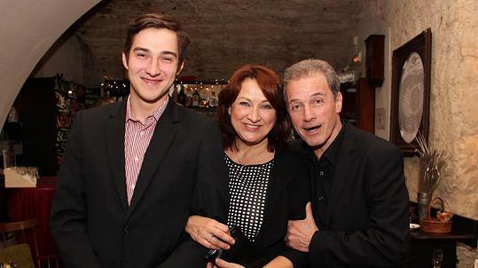 Zlata Adamovská vyrazila na premiéru se synem Petrem. Na snímku také ředitel Ungeltu Milan Hein