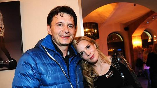 Jan Šťastný s manželkou Bárou, která teď drží rodinný rozpočet nad vodou.